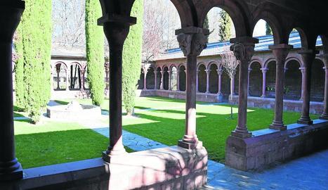 El claustre del parc del Valira de la Seu d'Urgell, amb els 'singulars' capitells, reobrirà avui al públic.