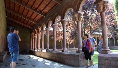 Uns turistes de Sabadell van ser ahir dels primers visitants del claustre després de la reobertura.