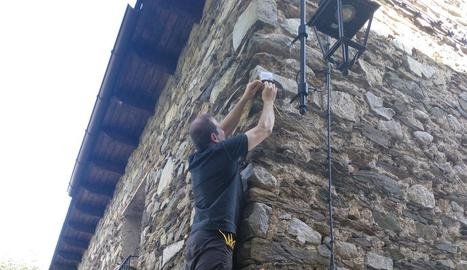 Instal·lació d'un dels sensors a Cardet, a la Vall de Boí.