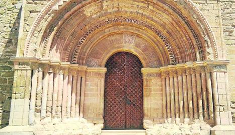 La porta rehabilitada de l'església de Santa Maria de Cubells.