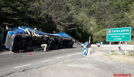El camió va quedar bolcat sobre la cuneta al límit entre Catalunya i Aragó.