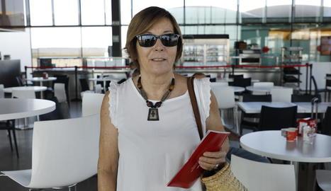 Els primers viatgers que van aterrar ahir a Alguaire al vol que va arribar des de Maó.