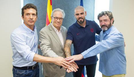 Valdés, amb Guillermo Amor, el directiu Silvio Elías i José Mari Bakero.