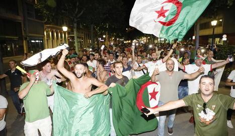 Els seguidors algerians van prendre els carrers de Lleida amb banderes i càntics del seu país.