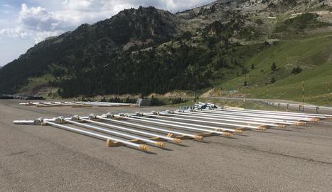 Materials al pàrquing de la Bonaigua per a la nova xarxa d'innivació artificial de Baqueira.