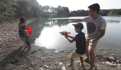 Una família combat la calor jugant amb aigua.