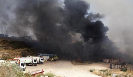 La negra fumarada que va provocar l'incendi a l'abocador de Cervera va ser visible a tota la Segarra i en comarques veïnes.