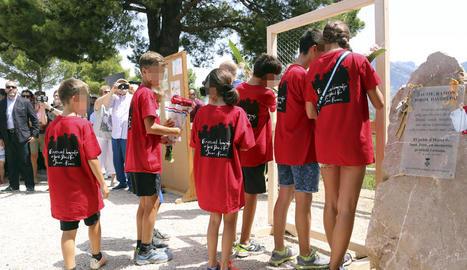 Un grup de bombers companys dels Graf morts, emocionats en l'homenatge que va tenir lloc ahir a Horta de Sant Joan.