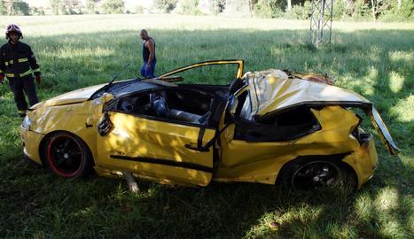 El vehicle va quedar destrossat després de sortir de la calçada i patir un fort impacte.