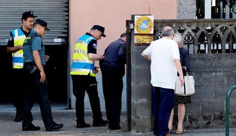 Policies locals i guàrdies civils, amb un familiar.