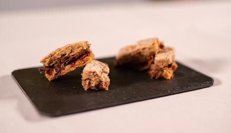 El premsat de galtes de porc és un plat tradicional amb un toc exòtic gràcies al formatge amb tòfona.