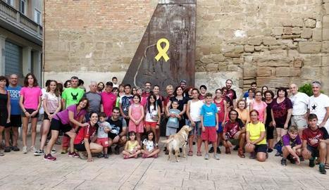 Foto de família dels veïns d'Alguaire que van participar divendres a la caminada i el sopar popular a la llum de la lluna.