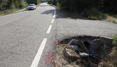 El cotxe que conduïa l'home va impactar contra aquesta arqueta.