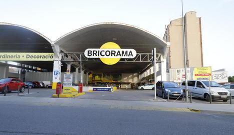 La botiga de Bricorama és als antics tallers Rocafort, al barri de Pardinyes.