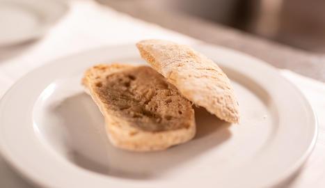 El pa ens proporciona hidrats de carboni, poc greix i assegura la ingesta diària recomanada de fibra.