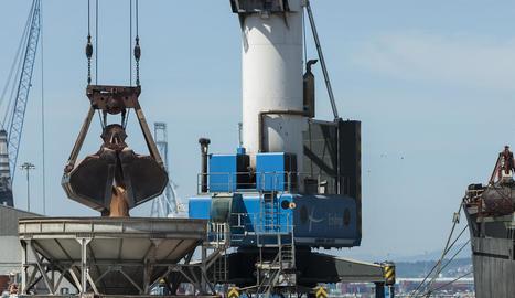 Imatge de descàrrega de gra al port de Tarragona.