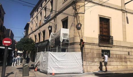 Imatge de les obres contra possibles despreniments a la façana de l'ajuntament de les Borges.