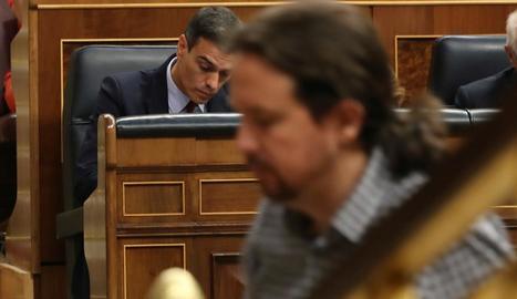 El líder d'Unides Podem, Pablo Iglesias, passa per davant del president del Govern en funcions, Pedro Sánchez.
