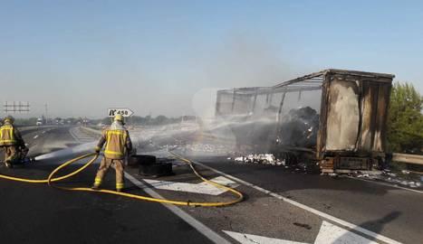 Dos incendis en cinc quilòmetresobliguen a tallar l'A-2 en ambdós sentits de la marxa