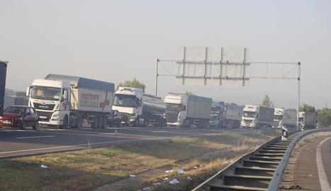 Les cues generades pel tall de l'autovia a causa dels dos incendis van ser quilomètriques.