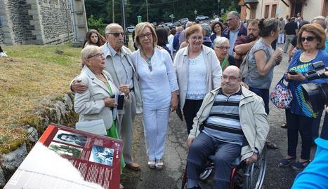 La família Grangé va presidir ahir l'acte a la Torre de Capdella. A la dreta, Cristian Ramos, fill de Conxita.
