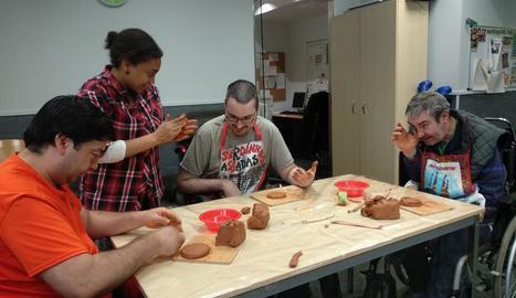 arts plàstiques. Alguns dels participants del projecte 'Junts', treballant de ple la ceràmica i les arts plàstiques.