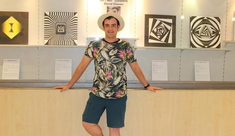 David Chacón posa al costat de la seua obra a la Sala Sunka de Lleida.