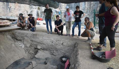Arqueòlegs i estudiants durant la campanya d'excavacions a la Cova Gran de Santa Linya.