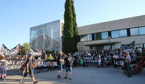 La plataforma contrària que Tracjusa tracti escombraries (esquerra) i la cooperativa GAP (dreta) es van manifestar alhora davant de la seu del consell de les Garrigues.