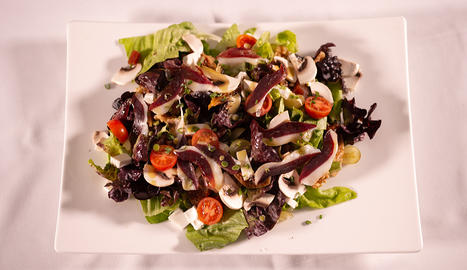 A l'amanida de figues i raïm s'hi afegeixen també xampinyons, pernil, codonyat, tomata, nous, formatge i alls tendres.