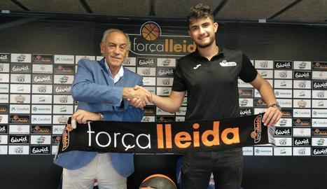 Marc Martí va posar amb el president, Félix González, al firmar dilluns el contracte amb el club.