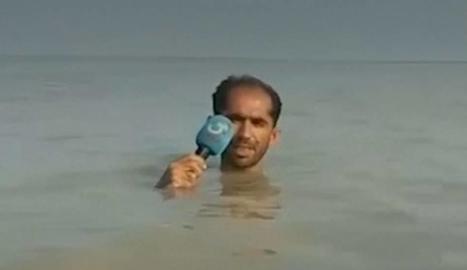Un reporter amb l'aigua fins al coll