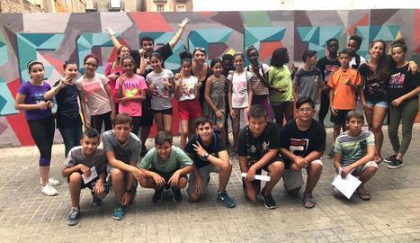 Infants i joves lleidatans pinten un mural sobre el respecte a l'avinguda de Blondel
