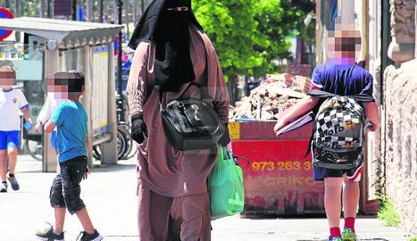 Una dona, amb vestimenta integral passejant per l'avinguda Blondel de Lleida