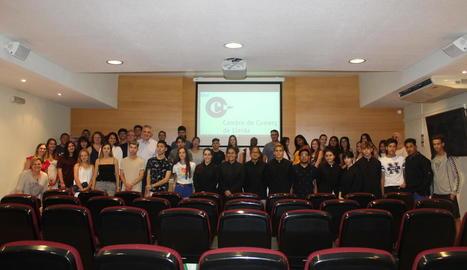 Foto de família dels joves d'entre 16 i 29 anys que han participat aquest estiu en els cursos del Campus Comerç.