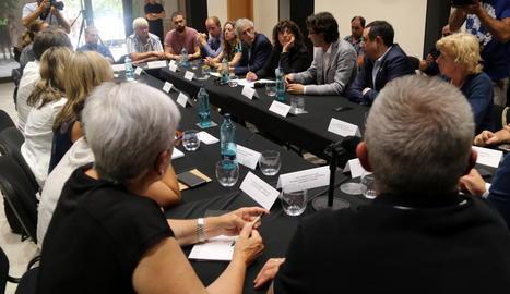 Reunió de la consellera Teresa Jorda amb els afectats, ahir.