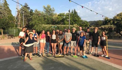 Els participants en la iniciativa per netejar la Pobla de Cérvoles.