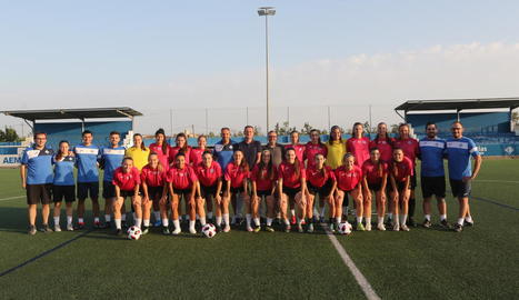 La plantilla de jugadores i l''staff' tècnic ahir posant al costat del president de l'AEM, Carlos Sisteré.