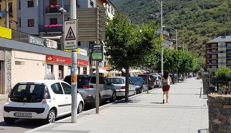 Imatge de l'avinguda Comtes de Pallars de Sort, on no funcionen els comandaments d'alguns vehicles.