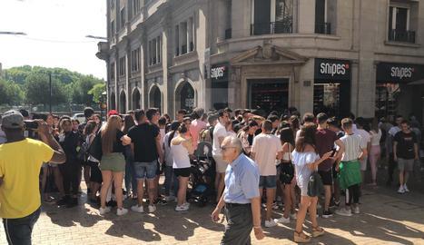 VÍDEO. Desenes de persones a la inauguració d'una nova botiga de calçat a Lleida