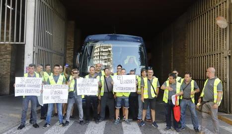 Els conductors de Lleida que ahir es van manifestar a l'estació d'autobusos.
