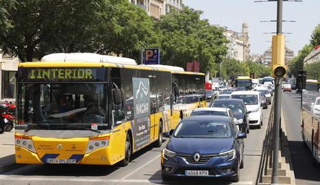 Vehicles retinguts ahir a l'avinguda Madrid per l'incident.