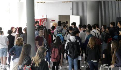 Alumnes a l'entrar en una aula al juny per afrontar la selectivitat a la UdL.