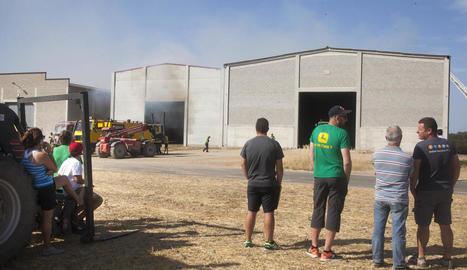 Veïns que es van desplaçar ahir fins a les naus afectades per l'incendi a Sant Ramon.