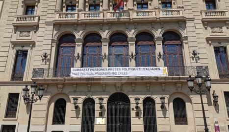 La Paeria de Lleida penja una nova pancarta en suport a les 'preses polítiques i exiliades'