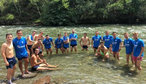 Els jugadors es refresquen a les aigües de la Noguera Pallaresa.
