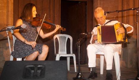 L'acordionista Artur Blasco, dijous durant l'actuació davant l'església de Santa Maria de Vilagrassa.