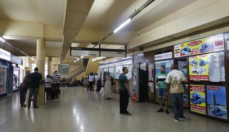 Imatge de l'interior de l'estació, al vestíbul, on usuaris esperaven ahir o compraven els bitllets.
