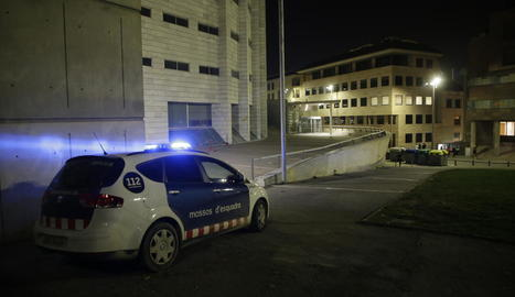 Imatge d'arxiu d'una patrulla de Mossos vigilant la porta dels jutjats a Lleida.