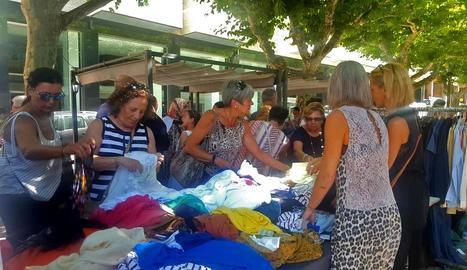 Una de les parades del mercat de rebaixes de Balaguer.